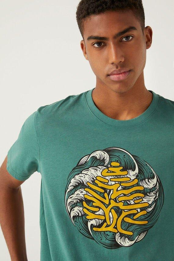 Camiseta verde con logo retro